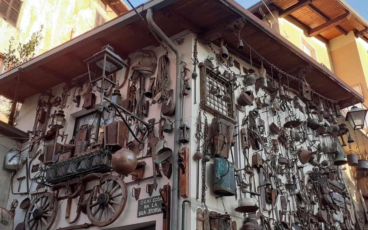 Esposizione di oggetti del tempo passato su una casa privata